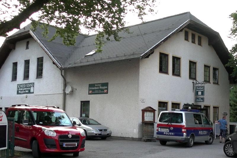 Polizeiauto vor dem Heimathaus Maxglan - dem Gasthaus zur Einkehr