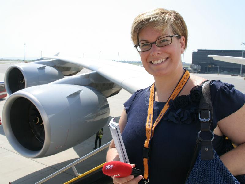 Doris Bachler vor den Triebwerken eines Airbus A380