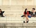 Menschen sitzen auf Stufen der Glyptothek in München