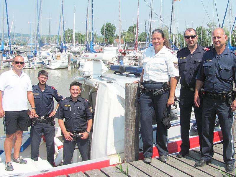 Retter des Seglers vor Polizeiboot