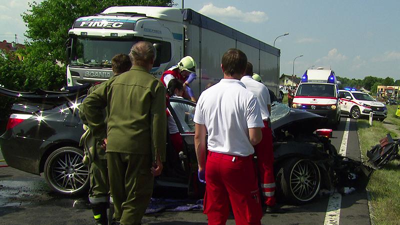 Einsatzkräfte beim Unfallwagen