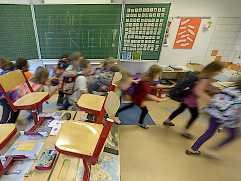 Kinder laufen aus Schulklasse
