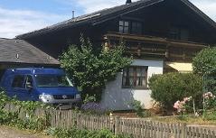 Auto der Spurensicherung vor der Einfamilienhaus in Mattsee Aug, wo die Leiche des 73 Jährigen in einem Müllcontainer gefunden wurde
