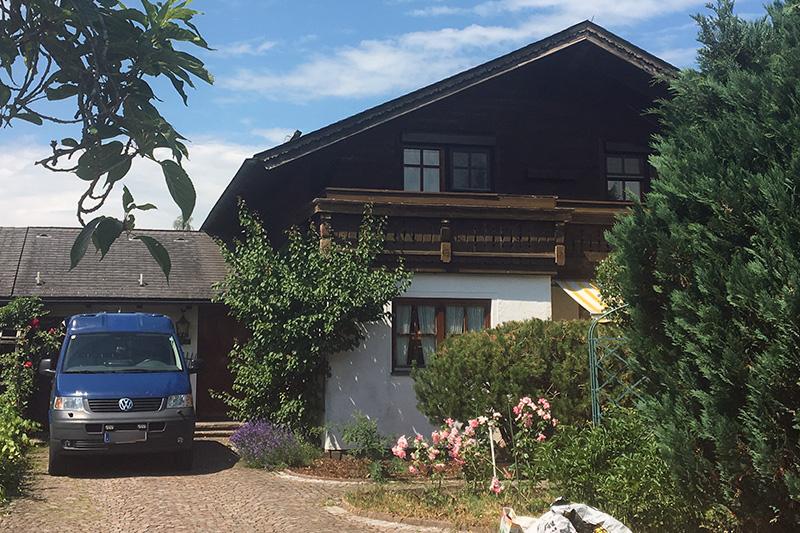 Haus des toten 73 Jährigen in Mattsee Aug mit Wagen der Spurensicherung