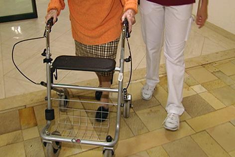 Alte Frau mit Pflegerin in Seniorenheim Altersheim