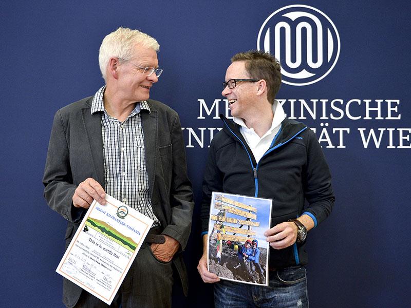 Die Lungentransplantationspatienten Andreas Gappmayr (L) und Siegfried Gimpel im Rahmen der Pressekonferenz Erfolgreiche Besteigung des Kilimanscharo