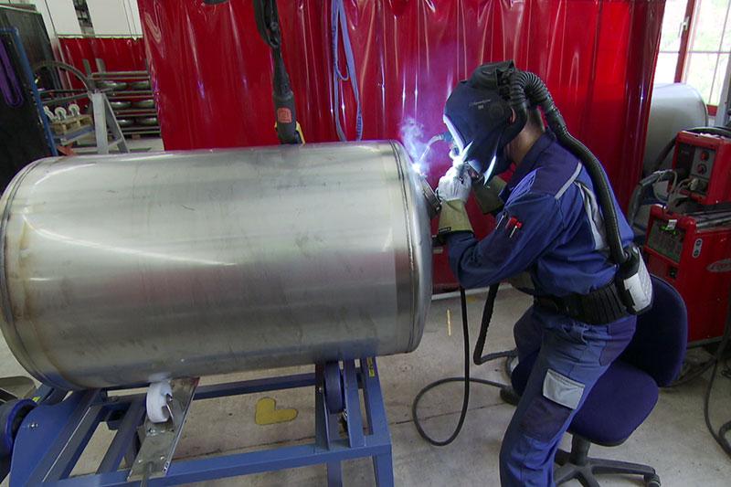 Arbeiter beim Schweißen eines Aluminiumtanks