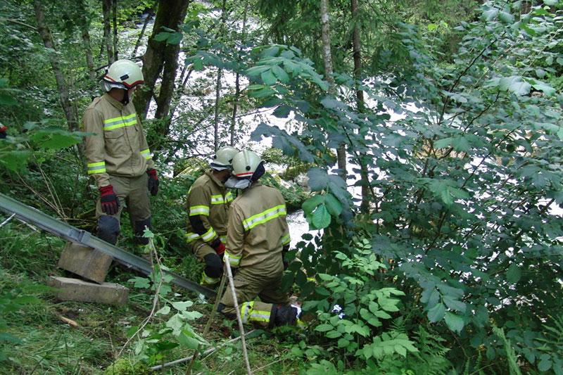 Feuerwehrleute bei Bergungseinsatz am Loferbach