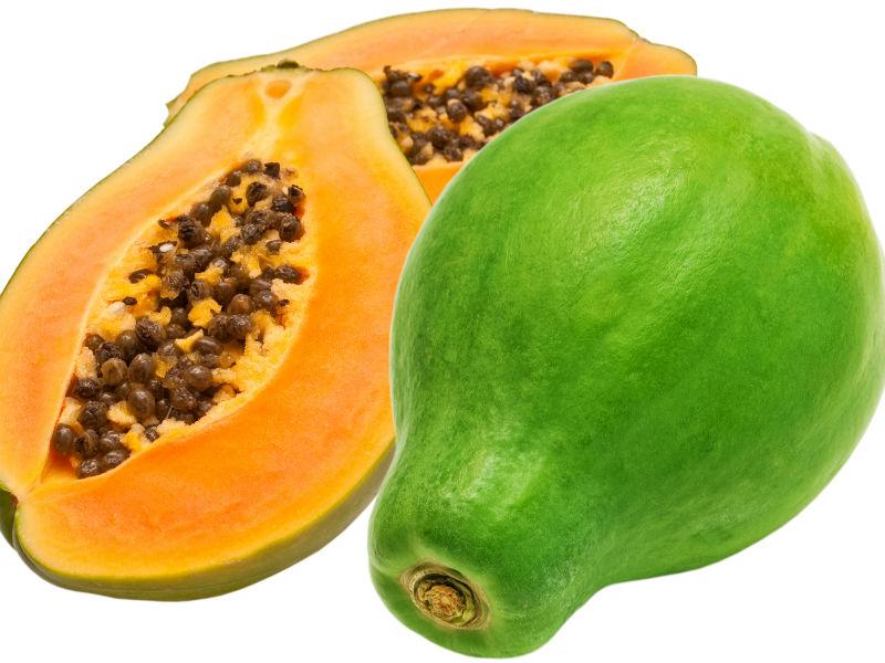 Papaya im Ganzen und aufgeschnitten