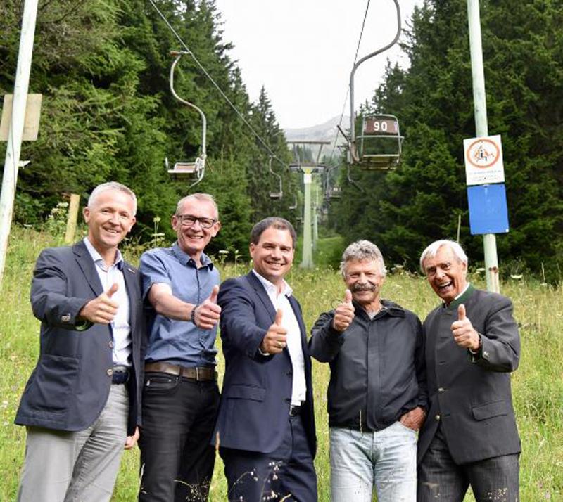 LH-Stv. Schickhofer (M.) und Vordernbergs Bürgermeister Walter Hubner (2.v.l.) mit den Vertretern der Initiative Polsterlift.