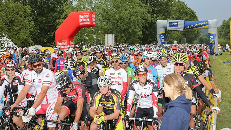 Teilnehmerfeld beim Start der Radtage
