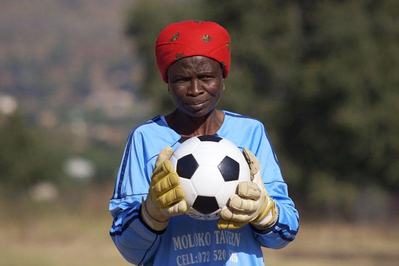 Frau mit Fußball in der Hand