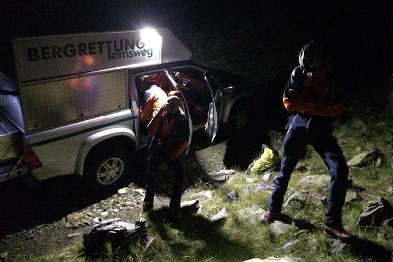 Bergretter aus Tamsweg mit Einsatzfahrzeug in der Nacht