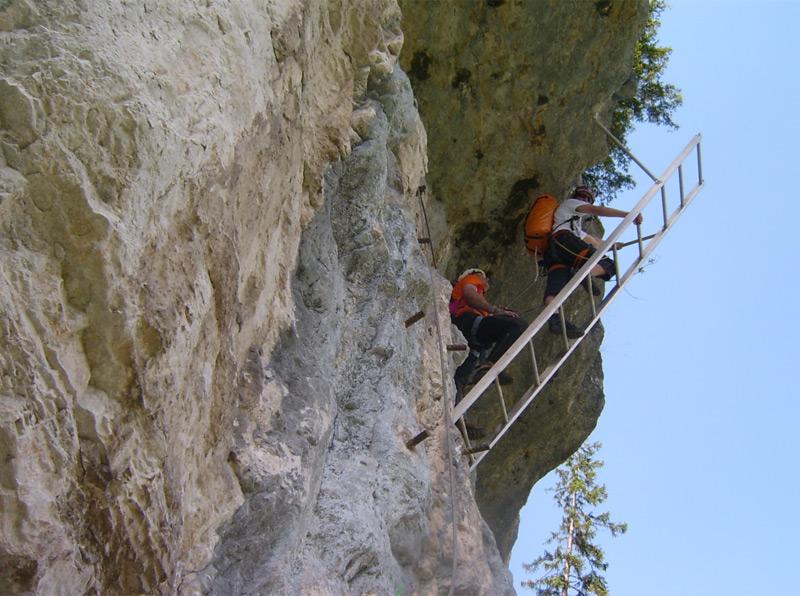 Klettersteig Rakousko : Bergsteigerin 100 meter in den tod gestürzt ooe.orf.at