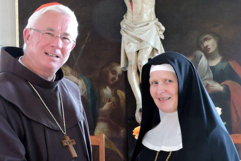 Erzbischof Franz Lackner gratuliert Veronika Kronlachner zur Wahl als Äbtissin des Klosters Nonnberg