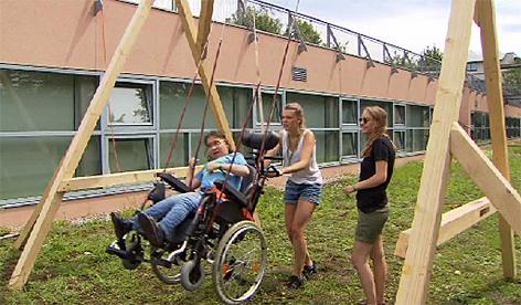 Malteser Sommercamp Rollstuhl Rollstuhlschaukel Behinderte