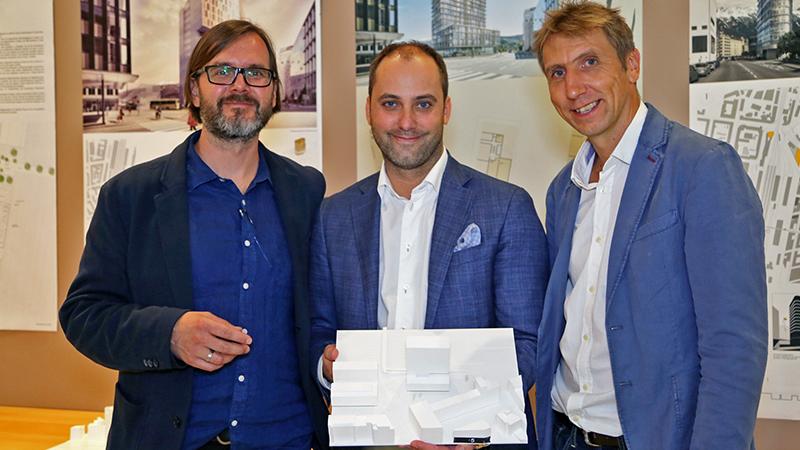 Architekt Michael Heinlein (links), PEMA-Eigentümer Markus Schafferer (mitte) und Architekt Alois Zierl (rechts) mit dem Siegerentwurf für PEMA 3