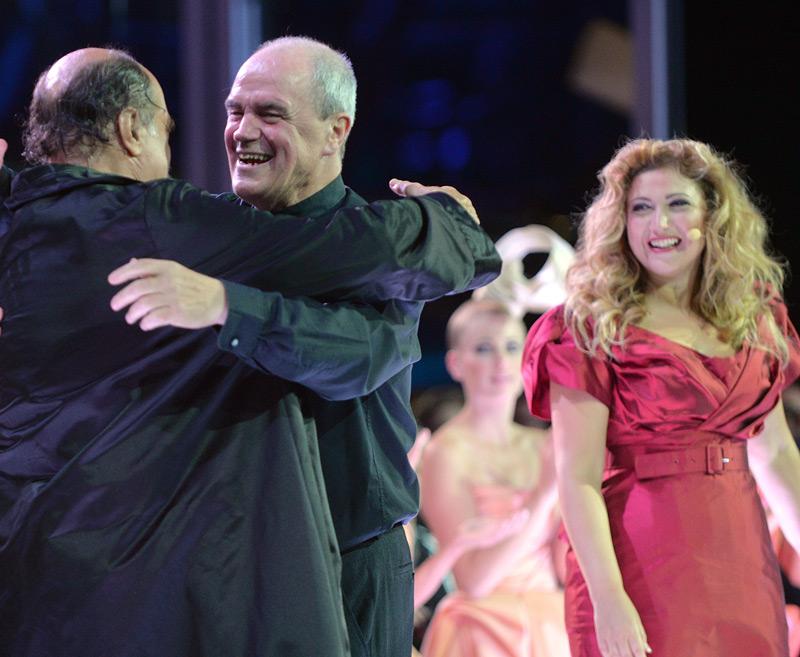 """Salzburg 2013: v.l.: Kurt Rydl (Osmin), Dirigent Hans Graf, Desiree Rancatore (Konstanze), nach der Generalprobe von Mozarts Oper """"Die Entführung aus dem Serail"""""""