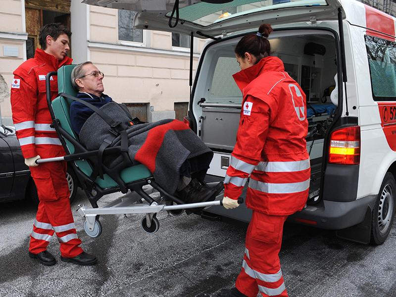 Sanitäter Krankentransport Rotes Kreuz