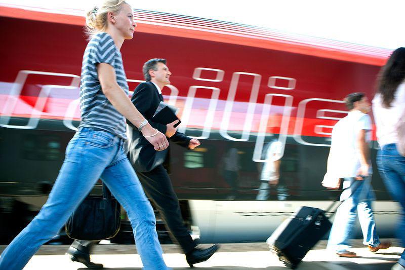 Fahrgäste vor Railjet
