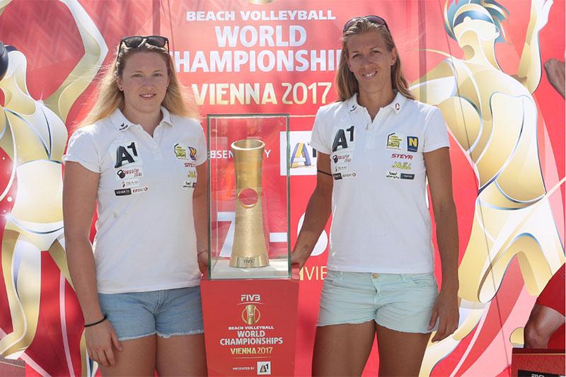 Stefanie Schwaiger und Partnerin Katharina Schützenhöfer vor dem WM-Pokal