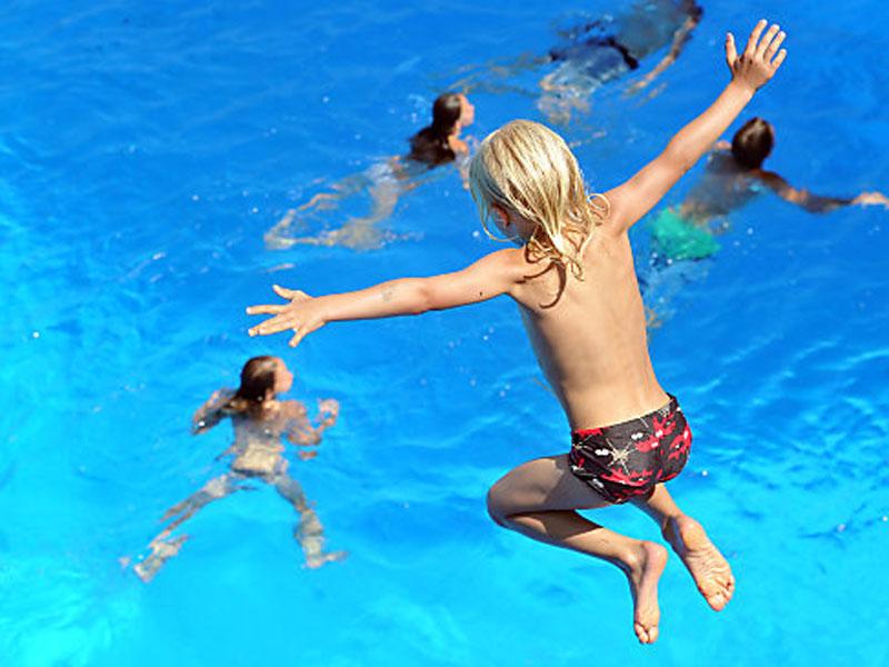 Schwimmbecken Kind Wasser Hitze Sommer