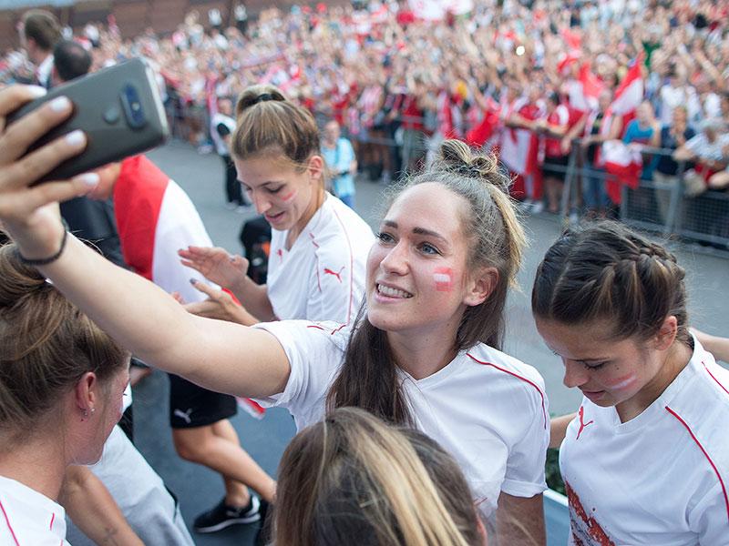 Jasmin Eder mit Handy für ein Selfie am Freitag, 04. August 2017, im Rahmen eines Empfangs des ÖFB-Frauen-Teams am Wiener Rathausplatz