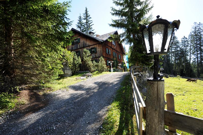 Gaistal Bild 7: Hütte schräg-seitliche Ansicht im Grünen