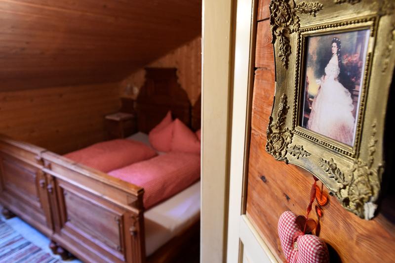 Kaiserklamm Bild 10a: Fokus auf ein Bild von Kaiserin Elisabeth im Hintergrund ein Zimmer