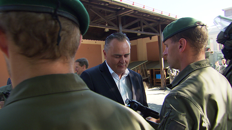 Verteidigungsminister Hans Peter Doskozil übergibt das neue Sturmgewehr