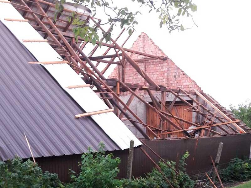 Sturmschäden an einem Wirtschaftsgebäude