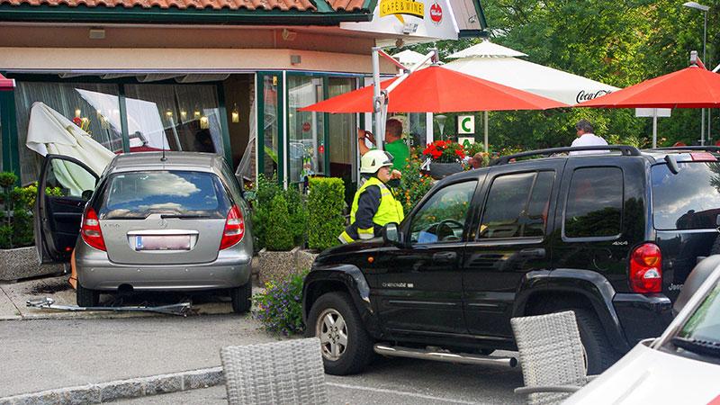 Auto rast in Gastgarten