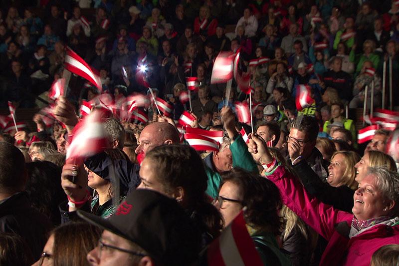 Konzertbesucher schwenken Österreich-Fahnen