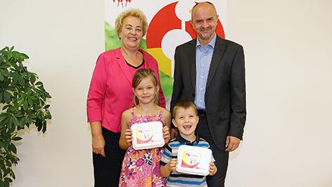 Verena Dunst und Heinz Josef Zitz, Amtsführender LSR-Präsident mit Bald-Tafelklässlerin Vanessa, 6 Jahre, und Sebastian, 4 Jahre
