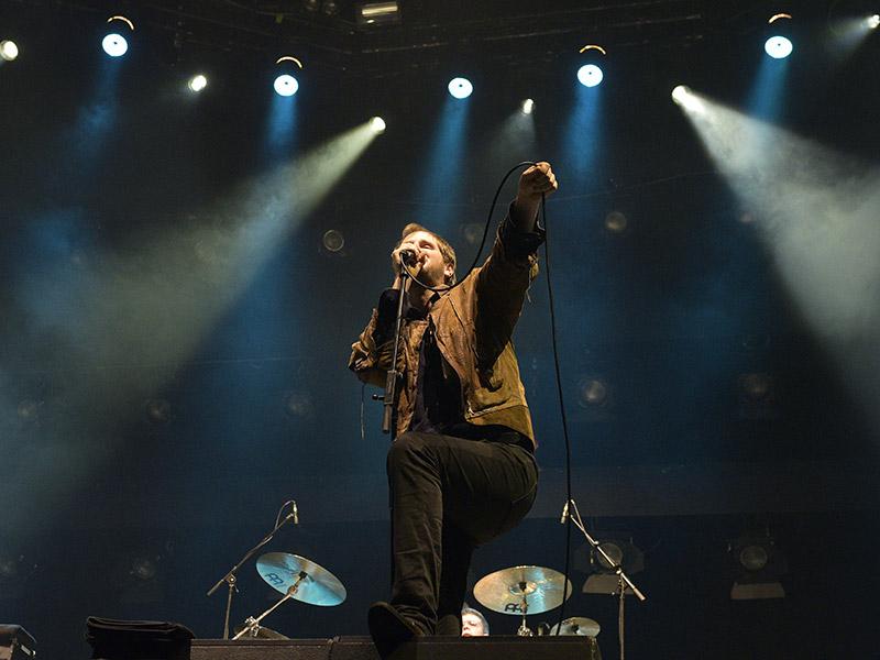 Sänger Marco Michael Wanda (Michael Marco Fitzthum) am Freitag, 22. April 2016 während eines Konzertes der Band Wanda & Gäste in der Wiener Stadthalle.