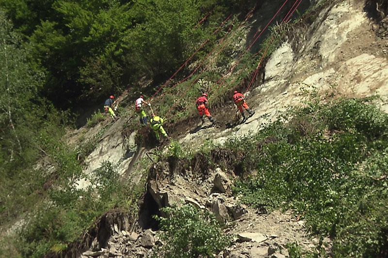 Arbeiter an Seilen beim Räumen der Felsen oberhalb der B99 im Fritztal
