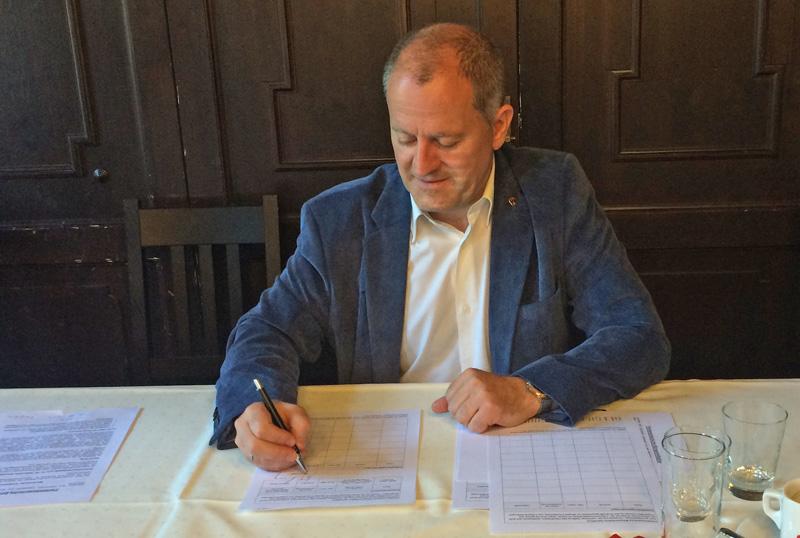 Martin Schöpf unterschreibt Bürgerinitiative
