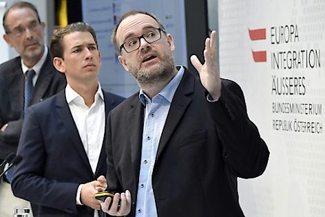 """(v.l.n.r.) Heinz Faßmann, Vorsitzender des Expertenrats für Integration, Außenminister Sebastian Kurz (ÖVP) und Stephan Marik-Lebeck (Statistik Austria) im Rahmen der Präsentation des """"Integrationsbericht 2017"""" in Wien"""