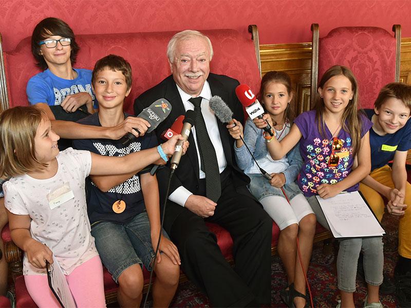 Bürgermeister Michael Häupl mit Kinderjournalisten im Rathaus