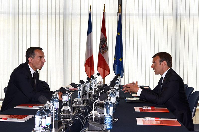 Bundeskanzler Christian Kern und Frankreichs Präsident Emmanuel Macron am Besprechungstisch im Salzburger Kongresshaus