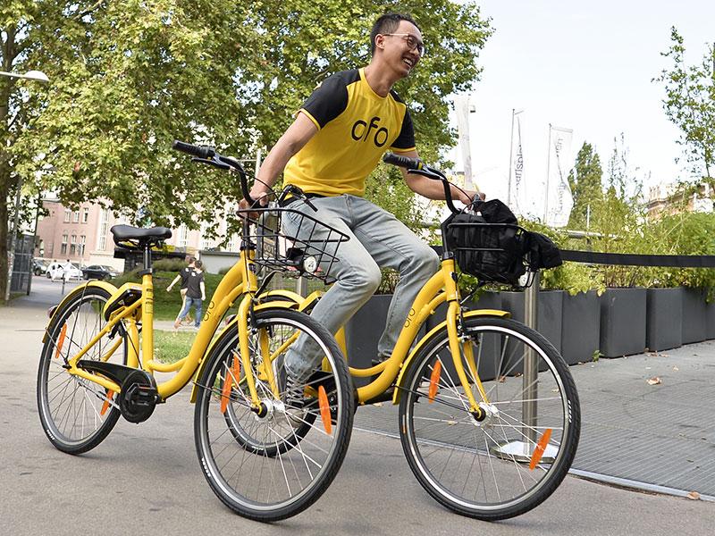 Ofo-Mitarbeiter mit Rad