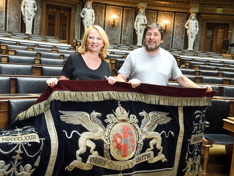 Nationalratspräsidentin Doris Bures und  Anton Habrich mit Samtbehang von Kaiser Franz Joseph im Parlament