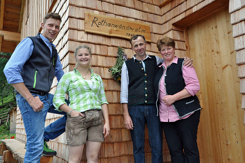Familie Gfrerer vor der Rothenwänderalm bei Zederhaus