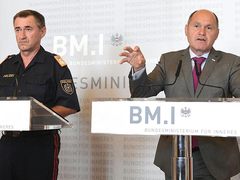 Bundeskriminalamts-Direktor Franz Lang und Innenminister Wolfgang Sobotka (ÖVP)