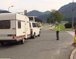 Polizist kontrolliert Durchfahrtssperre in Grödig