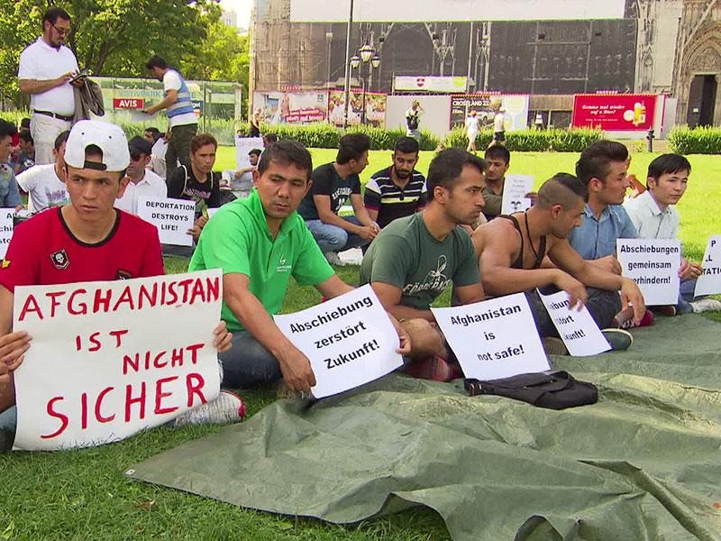 Protest gegen Abschiebung vor der Votivkirche