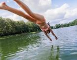 Frau springt in See