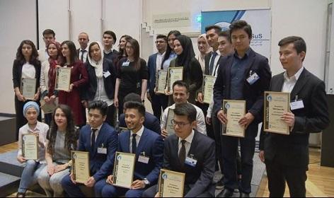 Afghanische Schülerinnen und Schüler IGASUS