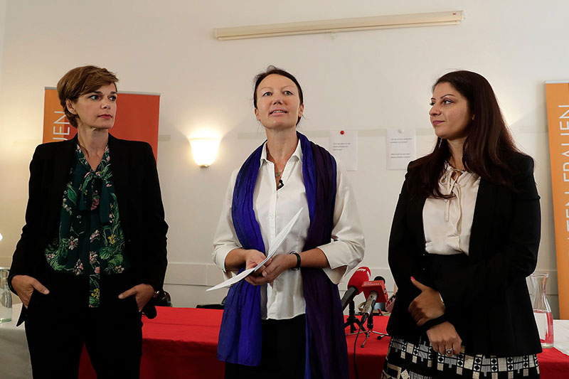 "Gesundheitsministerin Pamela Rendi-Wagner (SPÖ), Bettina Zehetner, psychosoziale Beraterin des Vereins ""Frauen beraten Frauen"", und Staatssekretärin Muna Duzdar (SPÖ)"