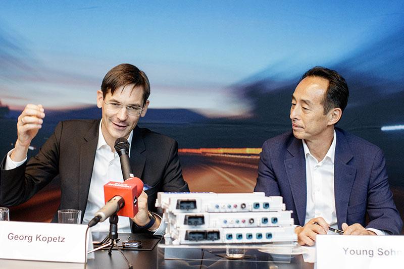 Vorstand der TTTech Computertechnik AG Georg Kopetz und Young Sohn, Präsident und Chief Strategy Officer von Samsung Electronics